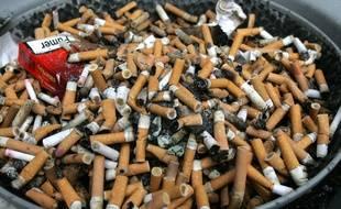 Un cendrier rempli de méŽgots de cigarettes. Illustration