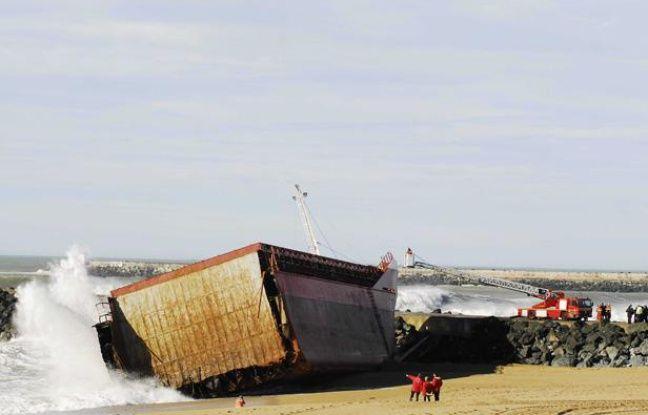 Un morceau de l'épave du cargo Luno échoué à Anglet, le 6 février 2014.