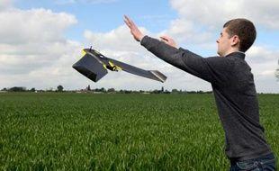 Une personne fait s'envoler un drone expérimenté par la chambre d'agriculture de la Somme, à Caulières près d'Amiens, le 6 mai 2014