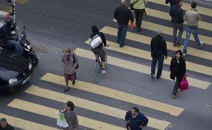Des piétons à Paris. (Illustration)