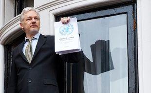 Julian Assange au balcon de l'ambassade équatorienne le 5 février 2016.