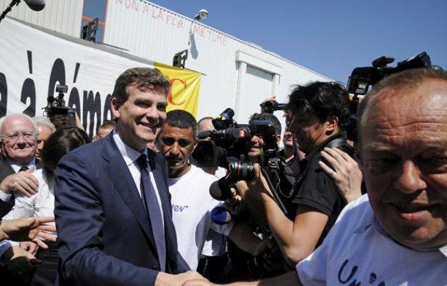 Arnaud Montebourg, le ministre du Redressement productif, là Gémenos le 25 mai 2012, avec les salariés de Fralib, filiale du groupe anglo-néerlandais Unilever qui entend fermer le site faute de rentabilité.