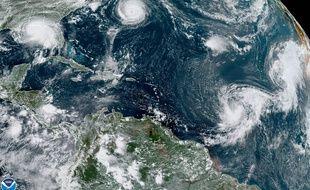 Vue satellite de l'ouragan Sally (gauche) et de quatre tempêtes tropicales dans l'Atlantique nord.