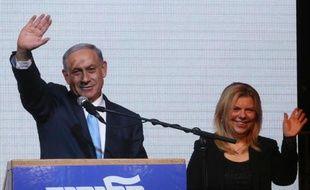 Le Premier ministre israélien Benjamin Netanyahu (g), aux côtés de son épouse Sara, salue ses partisans le 17 mars 2015 à Tel-Aviv