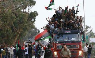 Les troupes anti-kadhafistes sont accueillies triomphalement près de Benghazi, en Libye, le 22 octobre 2011.