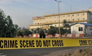 Des policiers maliens près de l'hôtel Nord Sud, abritant la mission de formation de l'Union européenne qui entraîne l'armée malienne, cible d'une attaque le 21 mars 2016.