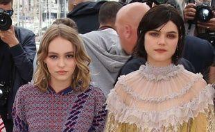 Lily-Rose Depp et Soko lors du photocall de « La Danseuse » à Cannes ce vendredi.