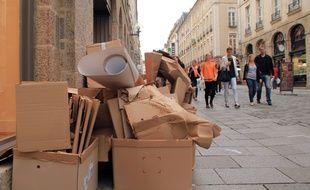 Des cartons posés dans la rue Le Bastard, principale artère commerçante de Rennes.
