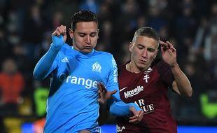 Florian Thauvin à la lutte avec le défenseur du FC Metz Nicolas Basin, ce mercredi soir au stade Saint-Symphorien.