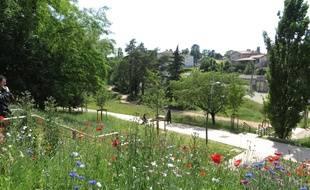 Lyon, le 05 Juin 2014 Cache de tout le monde, meconnu des Lyonnais, le parc du Vallon a la Duchere a ete entierement reamanege. Il s'est ouvert sur le quartier.