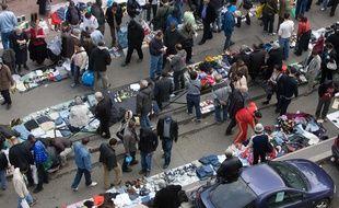 Des vendeurs à la sauvette sur un marché francilien (Photo illustration).