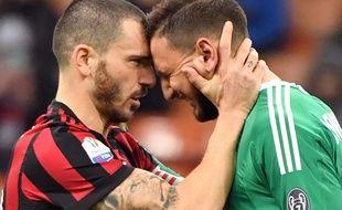 Leonardo Bonucci réconforte son jeune coéquipier Gianluigi Donnarumma, insulté par les supporters du Milan AC lors d'un match de Coupe d'Italie contre le Hellas Verona, le 13 décembre 2017 à San Siro.