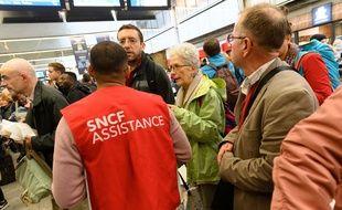 Le trafic restait encore très perturbé ce dimanche dans les gares suite au droit de retrait exercé par plusieurs contrôleurs et conducteurs SNCF. Ici à la gare Montparnasse