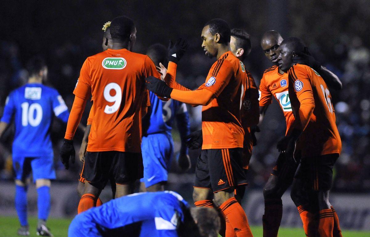 Lorient célèbre son succès en 8e de finale de Coupe de France face aux amateurs de Sarre-Union (0-4). – AFP PHOTO / JEAN-CHRISTOPHE VERHAEGEN