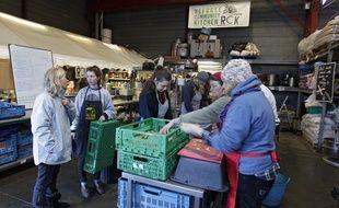 Des bénévoles préparent des repas pour les migrants de Calais (illustration).