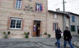 Deux militants du NPA sillonnent les routes de campagne d'Ariège à la rencontre des maires, pour grappiller des parrainages pour leur candidat à la présidentielle, Philippe Poutou: un casse-tête pour ces véritables missionnaires laïcs.