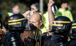 """Des policiers et des """"gilets jaunes"""". Illustration"""