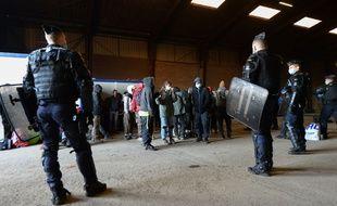 Des gendarmes évacuent les participants de la rave party du Nouvel an à Lieuron, en Ille-et-Vilaine.