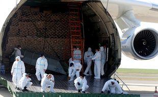 Le plus gros avion-cargo du monde, l'Antonov An-225 Mriya, s'est posé dimanche à l'aéroport de Paris-Vatry (Marne).