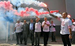 Quelques-uns des 76 salariés de l'usine de thés et d'infusions Fralib de Gémenos ont laissé éclater leur joie, mardi.