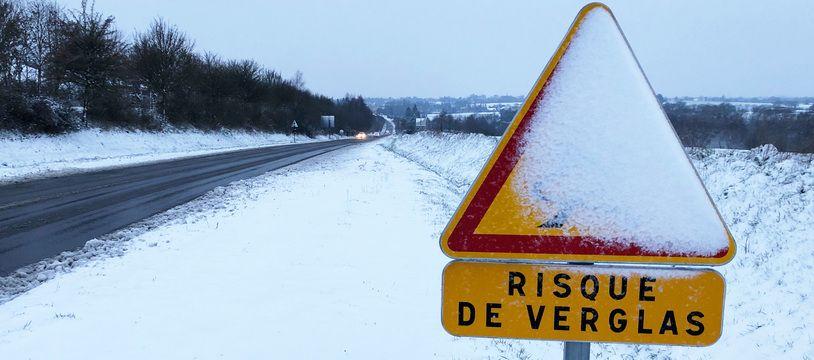 Illustration des chutes de neige, du froid et du verglas sur les routes, ici le 10 février 2021, près de Rennes.