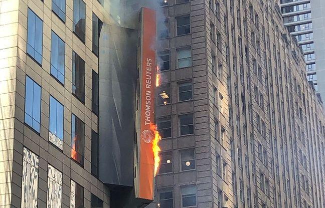 Une passante a photographié l'incendie à Times Square, le 18 mai 2019.