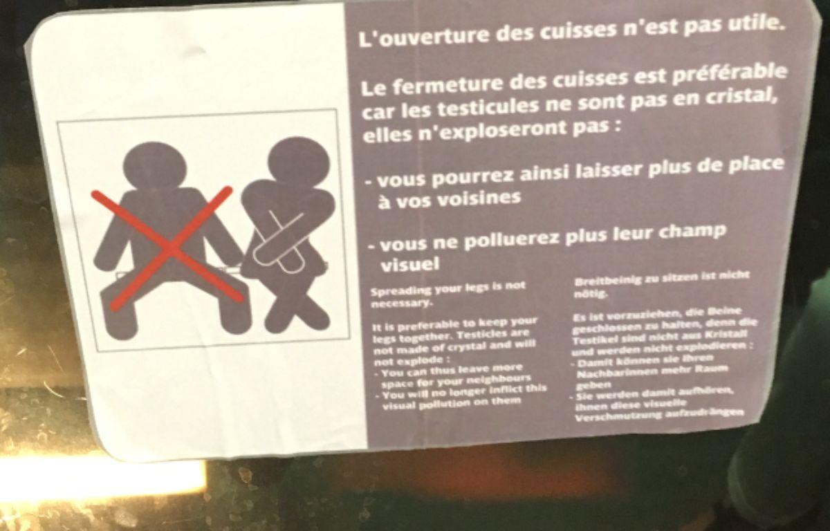 Un autocollant contre le phénomène de manspreading, dans une rame de la ligne 7 de la RATP  – A.Trotin