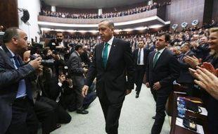 Le premier ministre turc Recep Tayyip Erdogan (c) à son arrivée au Parlement à Ankara, le 14 janvier 2014