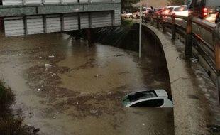 La voiture du trentenaire, submergée par les flots peu après l'intervention des policiers.