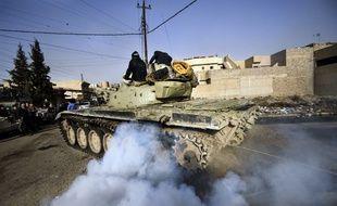 Un tank irakien se dirige vers la ligne de front de Mossoul en janvier 2017.