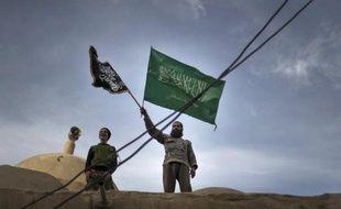 Des combattants extrémistes se réclamant d'un groupe lié à Al-Qaïda ont détruit un lieu de culte chiite dans la province syrienne de Deir Ezzor, a rapporté dimanche l'Observatoire syrien des droits de l'Homme (OSDH).