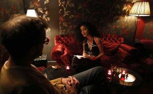 """Une femme récite des vers dans un """"bordel de la poésie"""" dans le quartier de Pigalle à Paris, le 14 novembre 2014"""