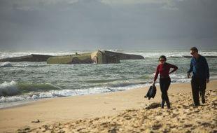 Sur la plage de la Pointe au Cap Ferret, les blockaus sont engloutis à cause de l'érosion.