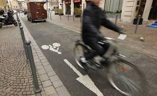 Un vélo sur une piste cyclable à double-sens à Lille.