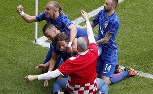 Un supporter croate est descendu sur la pelouse pour célébrer le but de Modric lors de Croatie-Turquie, le 12 juin au Parc des Princes.