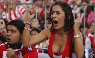 """""""Le ballon est bien au fond mais où est passé mon portable?"""".Les Paraguayens lors de du match de leur sélection contre l'Italie, le 14 juin 2010."""