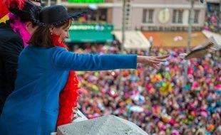 Les ministres Ségolène Royal et Patrick Kanner (caché) ont lancé les harengs sur les carnavaleux du haut du beffroi de l'hôtel de ville.