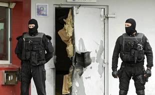 Des enquêteurs devant une porte de la prison de Sequedin détruite à  l'explosif lors de l'évasion de Rédoine Faïd, le 13 avril 2013.