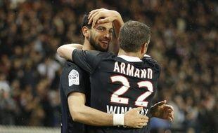 Les joueurs du PSG, Javier Pastore (à g.) et Sylvain Armand lors de la victoire parisienne contre Saint-Etienne, le 2 ai 2012 au Parc des Princes.