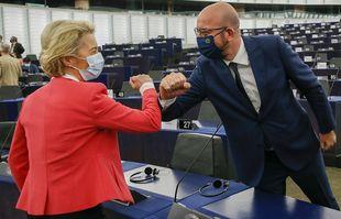 La présidente de la Commission européenne Ursula von der Leyen accueille le président du Conseil européen Charles Michel lors de la séance plénière du Parlement européen à Strasbourg, le mercredi 9 juin 2021.