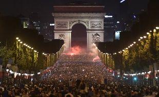 Les Champs envahis de gens.