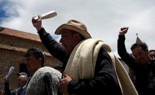 Les paysans colombiens, en conflit depuis la mi-août, ont accepté dimanche de mettre fin aux blocages routiers organisés dans plusieurs régions, à l'issue d'une réunion avec le gouvernement qui a promis une table ronde sur l'agriculture.