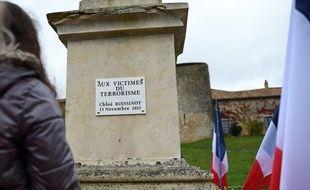 Au monument aux morts du village, une plaque pour Chloé, «victime du terrorisme».