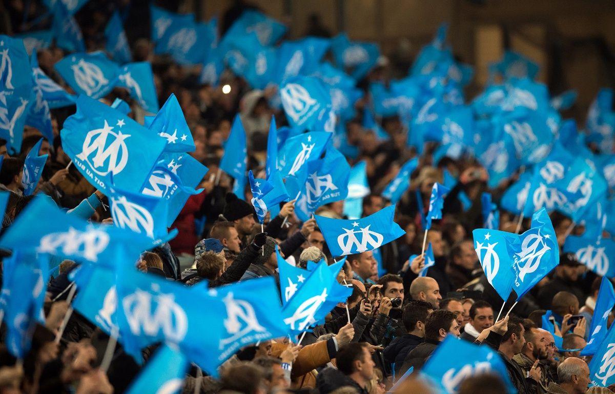 Des drapeaux à l'effigie de l'OM à Marseille le 29 novembre 2015. – BERTRAND LANGLOIS / AFP