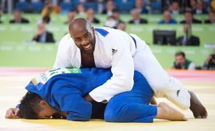 Le Français Teddy Riner affronte le Japonais Hisayoshi Harasawa lors du match final de judo masculin +100 kg à Carioca Arena 2 aux Jeux Olympiques de Rio 2016 à Rio de Janeiro, au Brésil, le 12 août 2016.
