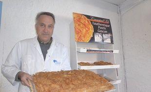 Patron de l'entreprise artisanale Délices d'Aliénor-Croustad'Oc, Xavier Mazet présente son pastis gascon.