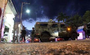 """Des soldats mexicains gardent l'accès à la morgue où est conservé la dépouille supposée de Nazario Moreno, dit """"El Chayo"""", à Apatzingan le 9 mars 2014"""