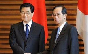 La Chine et le Japon ont décidé mercredi de tourner la page de leur passé douloureux et de construire des relations pacifiques, sans menace réciproque, afin de poursuivre leur développement, cependant que Tokyo a demandé à Pékin de poursuivre le dialogue sur le Tibet.