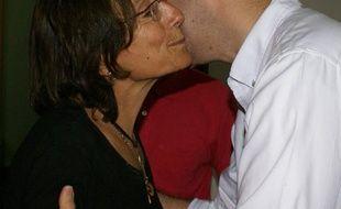 La journaliste Salud Hernandez-Mora embrasse un collègue après sa libération à Ocaña, Colombie, le 27 mai 2016