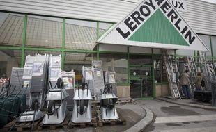 Vitry sur Seine le 29 septembre 2013. Illustration d'une enseigne de magasin de bricolage Leroy Merlin.